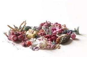 Un éden (n°2) • 110*50*3 cm • 2007 • Pâte à modeler et guano de chauve-souris sur panneau de fibre de bois, acrylique, plastique ABS