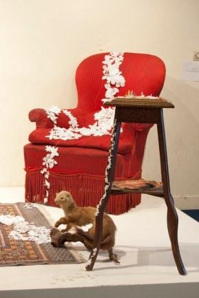 Simone • Fleurs en tissus, pâte à modeler, tapis, fauteuil, guéridon, fouine empaillée, nid et photographie numérique. 280 * 180 cm • 2009 • Vue de l'installation (détails)